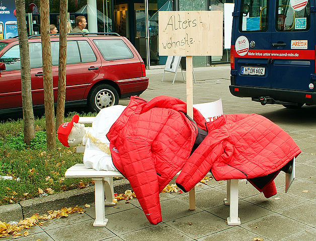 Bernd Schwabe - Installation Obdachloser auf der Parkbank (Wikimedia Commons 3.0 - BY-SA)  Installation des Sozialverbands Deutschland zum Thema Armut.