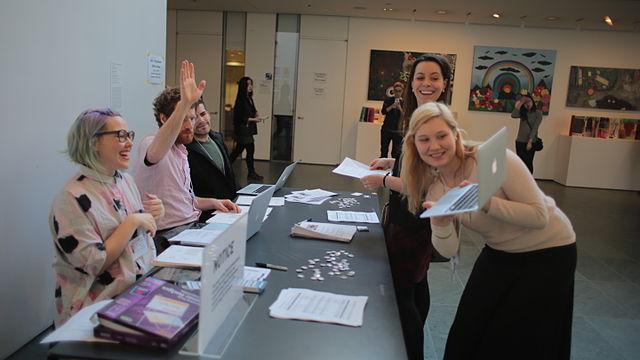 Bild: Art+Feminism Wikipedia Edit-a-thon 2015, The Museum of Modern Art, New York von TheDasherz. CC 4.0 (BY-SA) URL: https://commons.wikimedia.org/wiki/File:Art%2BFeminism_Wikipedia_Edit-a-thon_2015,_The_Museum_of_Modern_Art,_New_York_13.JPG