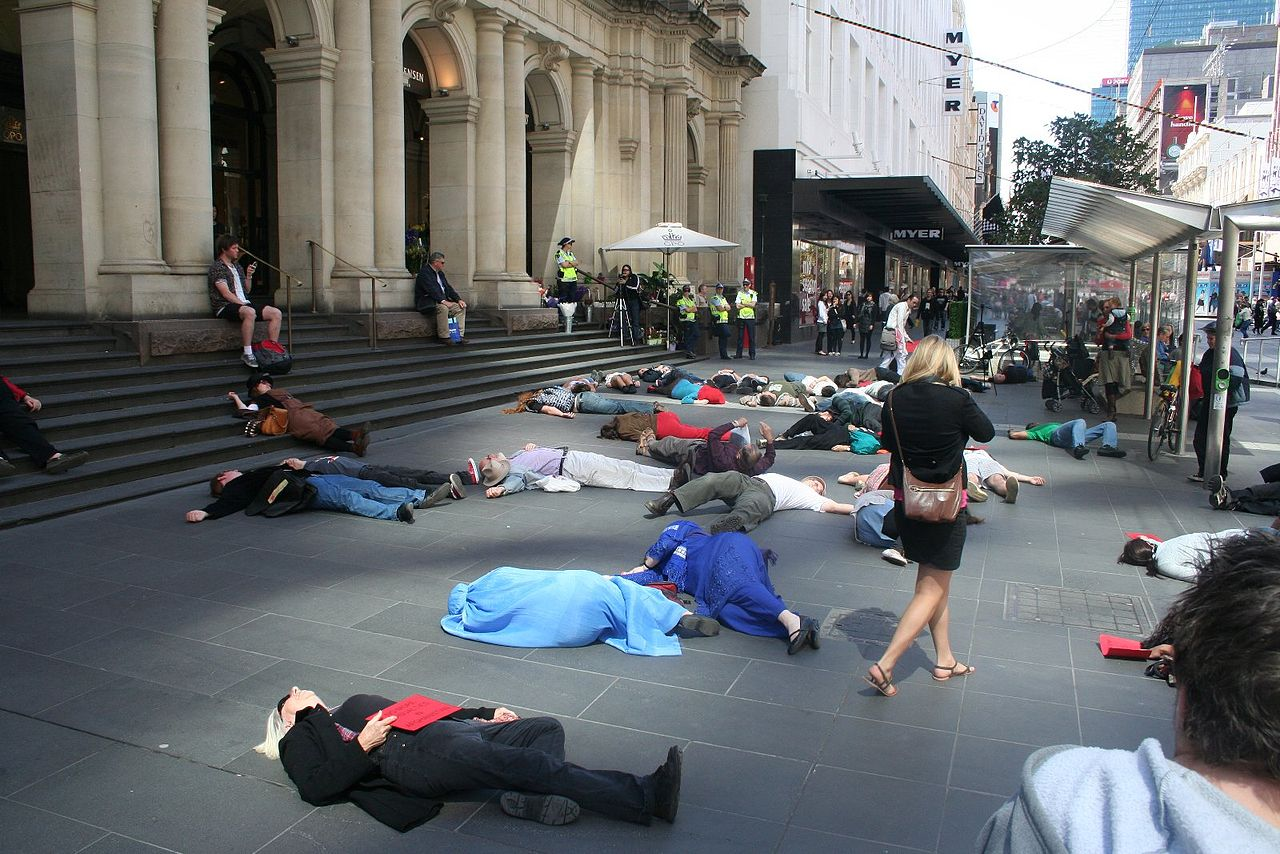 Foto: Takver - Flash Mob Die-in Protest in Melbourne. Verwendung unter den Bedingungen der Creative Commons (BY-SA).