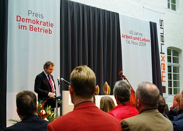 """Heribert Prantl hält 2009 eine Laudatio auf die Preisträger der Auszeichnung """"Demokratie im Betrieb"""". Foto: Damami 13. Verwendung unter den Bedingungen der Creative Commons 3.0 (BY-SA) URL: https://commons.wikimedia.org/wiki/File:Laudatio_Preis_Demokratie_im_Betrieb_2009.jpg"""