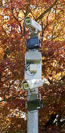 Thomas Bresson - Überwachungskameras unter den Bedingungen der CC 3.0 (BY) URL: http://commons.wikimedia.org/wiki/File:2011-08-10_15-09-17-camera-frontiere.jpg